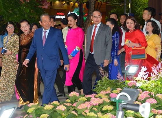 Các đồng chí lãnh đạo cùng các đại biểu tham quan đường hoa Nguyễn Huệ.