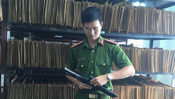 Công an kiểm tra súng nhựa thu giữ tại cửa hàng đồ chơi.