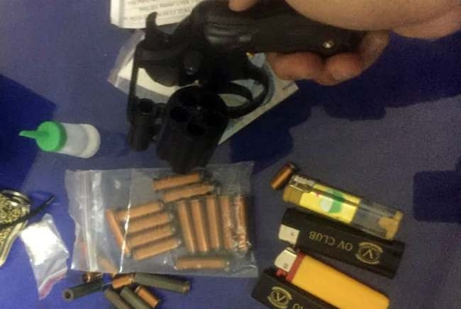 Tang vật mà tổ công tác 363 thu giữ từ Nguyễn Quốc Dũng, đối tượng mang súng và ma túy đá đi... chơi Tết.