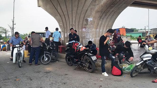 Người dân Hà Tĩnh vạ vật bên QL1A đón xe.