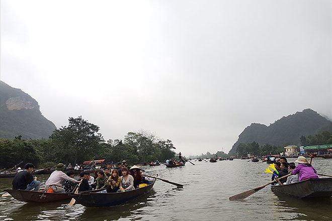 Lễ hội chùa Hương thu hút hàng vạn du khách mỗi năm.