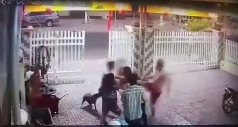 Thời điêm xảy ra sự việc, 2 anh em Linh và Luân đuổi đánh người hàng xóm. (Ảnh cắt từ clip)