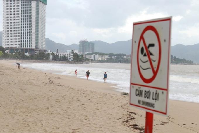 Mặc dù được cảnh báo vùng biển có dòng nước xoáy, không nên tắm biển lúc sóng lớn nhưng nhiều du khách nước ngoài vẫn tắm biển.