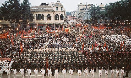 Hàng vạn thanh niên mít tinh biểu dương lực lượng tại Quảng trường Cách mạng tháng Tám.