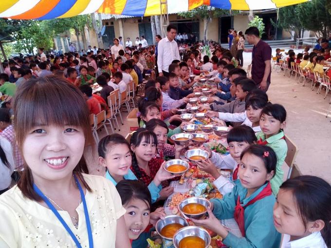 Cô giáo trẻ Minh Toàn cùng các em học sinh tại điểm trường.
