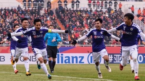 Đức Huy (15) là cầu nối giữa hàng tấn công và hàng phòng ngự Hà Nội FC ở trận này. (Ảnh: AFC).