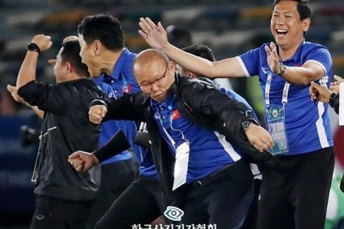 """Bức ảnh có tên """"Quả đấm móc ăn mừng của HLV Park Hang-seo"""