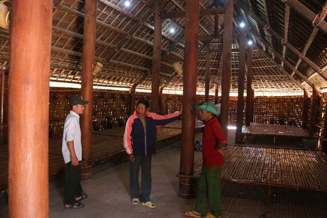 Già làng Điểm Nham (đứng giữa) và người dân bức xúc vì chất lượng công trình