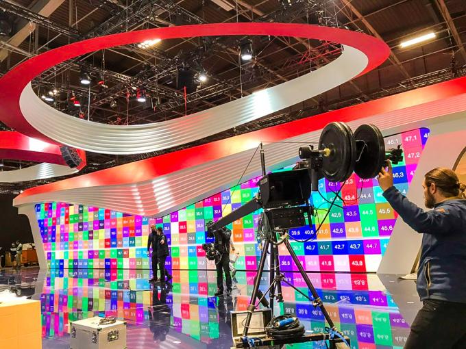 """Gian trưng bày rộng rãi của VinFast là """"cuộc chơi"""" ánh sáng và công nghệ cao."""