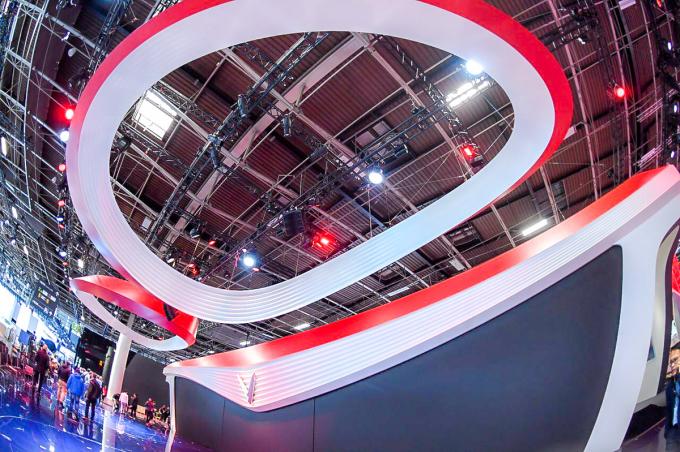 Trần sân khấu được trang trí bằng 2 dải nhựa, uốn hình 2 cánh sen. Theo nhà thầu Uniplan, đơn vị dựng booth cho VinFast, điều này nhằm toát lên bản sắc Việt của sân khấu hiện đại bậc nhất này.
