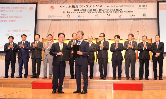 Chủ tịch Tập đoàn T&T Group Đỗ Quang Hiển và Lãnh đạo Tập đoàn Mitsui trao Thỏa thuận hợp tác toàn diện).