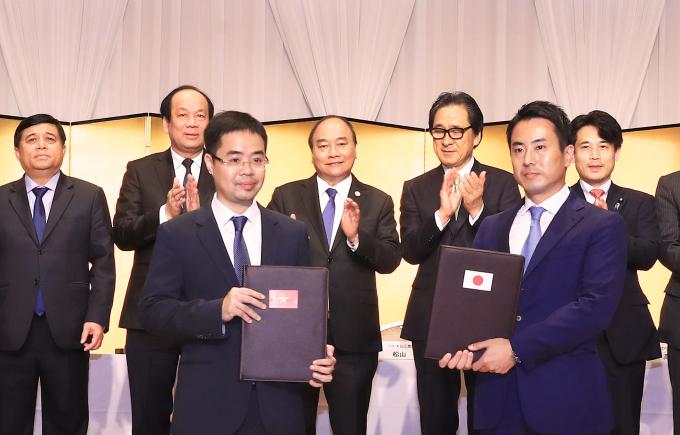 Phó TGĐ Tập đoàn T&T Group Trần Đỗ Thành và Lãnh đạo Tập đoàn EIWAKAI trao Thỏa thuận hợp tác xây dựng Trung tâm y tế chất lượng cao).