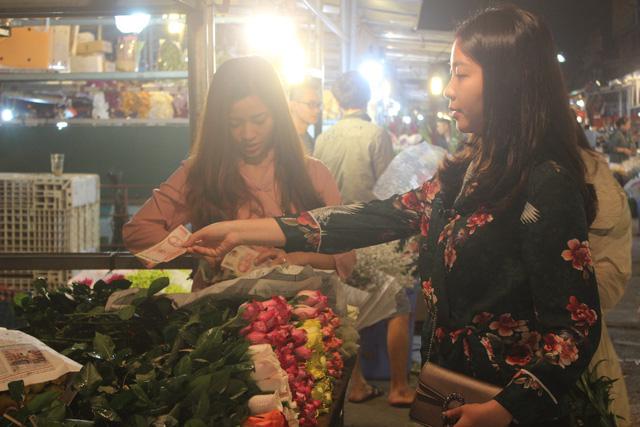 Nhiều bạn trẻ yêu hoa cũng đến tìm mua hoa tươi.