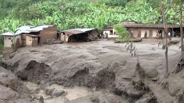 Ngôi nhà đã bị hư hỏng sau vụ lở đất tại Bududa, Uganda, chiều 11/10. Ảnh: Reuters/Báo Nhân dân.