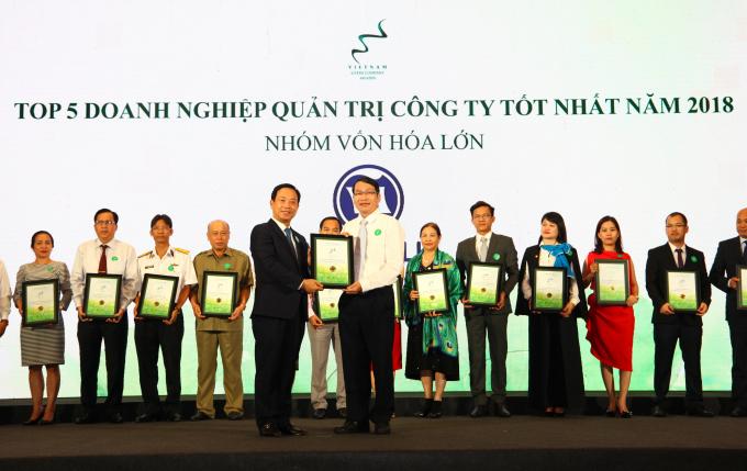 Ông Trần Chí Sơn – đại diện Vinamilk nhận chứng nhận trong lễ trao giải Cuộc bình chọn Doanh nghiệp niêm yết năm 2018.