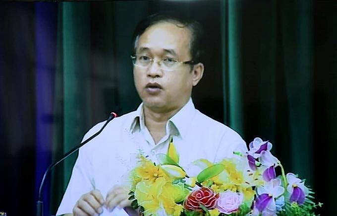 Ông Nguyễn Phước Hưng - Chủ tịch UBND quận 2 thông báo về 10 vấn đề xin ý kiến người dân Thủ Thiêm. Ảnh: HOÀNG GIANG.
