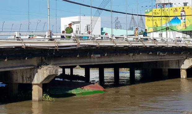 Chiếc sà lan bị chìm dưới cầu Cái Khế.