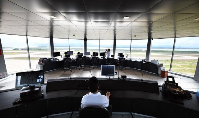 Bên ngoài và bên trong Đài kiểm soát không lưu - nơi điều hành các chuyến bay đến/đi từ Vân Đồn.