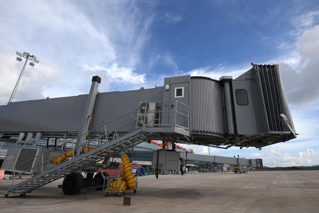 Cảng có 4 ống lồng để phục hành khách di chuyển từ nhà ga lên máy bay và ngược lại.