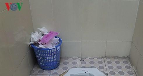 Cả trường THCS Láng Thượng chỉ có 2 nhà vệ sinh dành cho học sinh, dẫn đến tình trạng xếp đi vệ sinh.