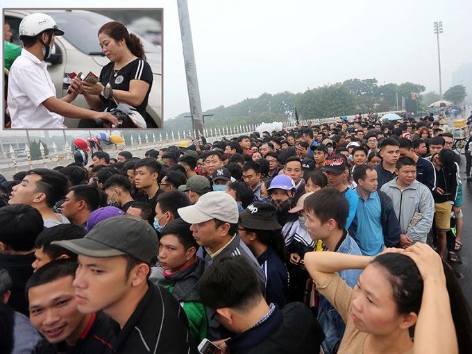 Người hâm mộ khốn khổ xếp hàng mua vé mà người có, người không trong khi chợ đen ngay gần đó thì bao nhiêu cũng có (ảnh nhỏ). Ảnh: NGỌC DUNG.