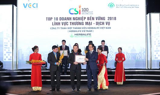 Ông Phạm Tường Huy - Tổng Giám đốc Herbalife Việt Nam nhận giải thưởng Top 10 DN bền vững 2018 lĩnh vực thương mại - dịch vụ.