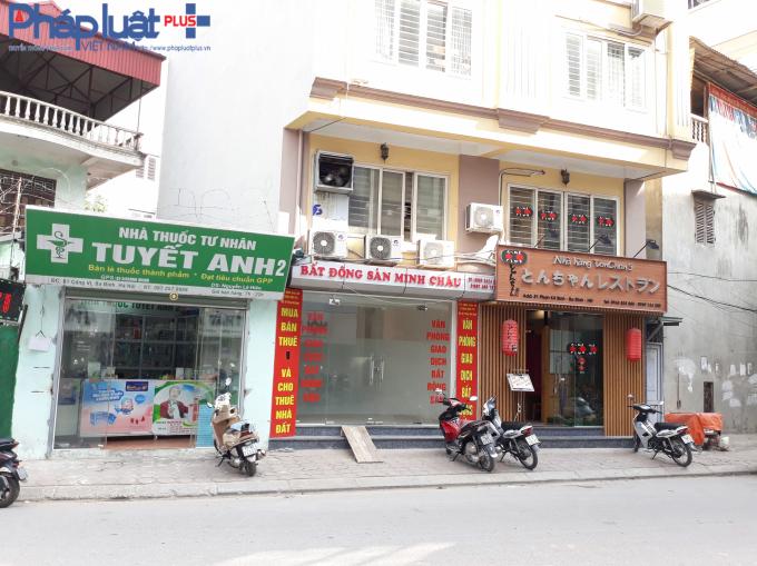 Hai cửa hàng nằm cùng 1 bên đường. Một nhà thuốc có địa chỉ số 81 Cống Vị, Ba Đình. Nhà hàng cách đó một nhà là số 81 Phan Kế Bính.