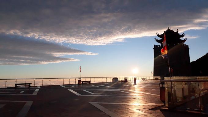 Khi bình minh ló rạng sau biển mây trắng bồng bềnh phủ kín dãy Hoàng Liên, bạn sẽ được chứng kiến cả Fansipan nhuộm một màu hồng ấm áp của sự sống mới.