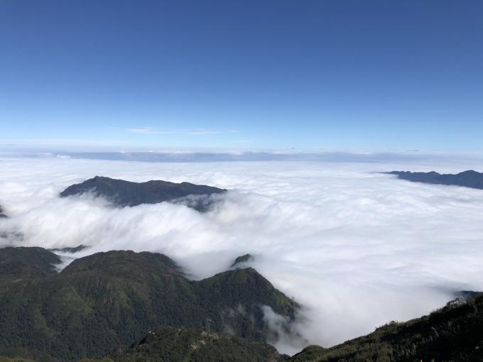 Đặc biệt, từ trên các đỉnh núi, mây chảy thành dòng tràn xuống theo triền núi như thác mây trắng xóa đẹp vi diệu.