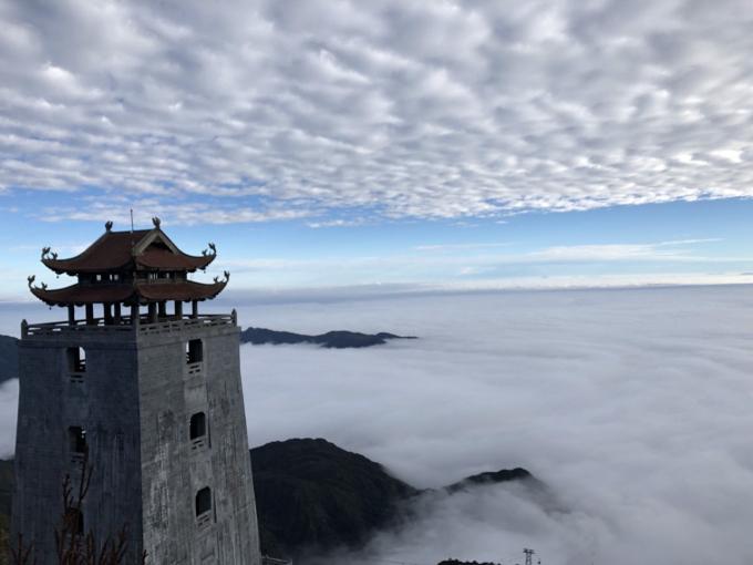 Đài gác Đại Hồng Chung văng vẳng tiếng chuông ngân xa xăm giữa bốn bề mây trắng, như thực, như mơ…