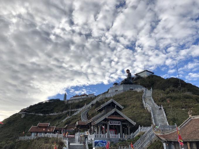 Thời tiết lạnh, có khi xuống tới 1 độ vào sáng sớm nhưng trong xanh, nắng chan hòa như ở trời Âu, khiến du khách vô cùng thích thú dạo chơi và chiêm bái các công trình tâm linh sừng sững giữa mây trời.