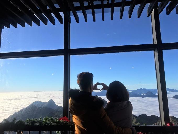 Trên khu vực đỉnh, nhiều du khách thích thú thưởng thức ly trà táo quế ấm nồng và cùng nhau ngắm khung cảnh lãng mạn hiếm có.