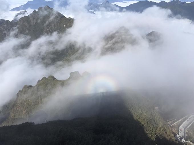 Các du khách may mắn còn được chứng kiến khoảnh khắc phát quang màu nhiệm trên khu vực đỉnh vào sáng ngày 18/12.