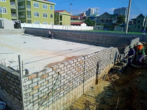 Chưa dừng lại ở việc xây dựng nhà điều hành và 2 sân bóng đá nhân tạo, sân bóng chuyền rộng hàng ngàn m2, hiện nay ông Sơn còn cho xây dựng một bể bơi không phép.