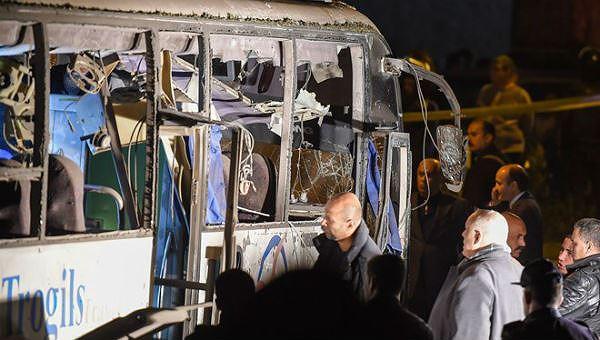 Chiếc xe bus chở đoàn du khách Việt Nam gặp nạn ở Ai Cập.