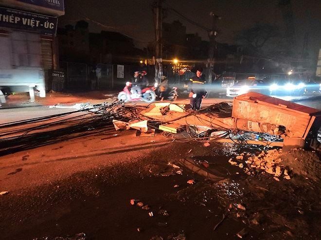 Nhiều phần cáp điện, bê tông từ cột điện vỡ vương khắp đường. Ảnh Thanh Niên.