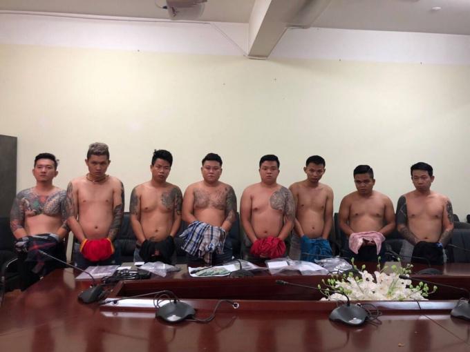 """Đối tượng Lâm Thanh Vũ (tức Vũ """"bông hồng"""") cùng các đàn em."""