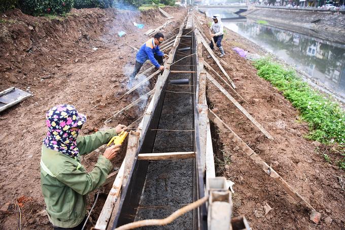 Sở Giao thông gấp rút tổ chức thi công phần lót và kè sát bờ sông Tô Lịch.