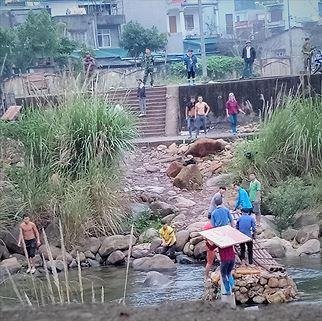 Lúc đỉnh điểm có hơn 60 cửu vạn tập trung vác hàng tại khu vực chợ Đồng Văn, Bình Liêu. (ảnh cắt từ clip).