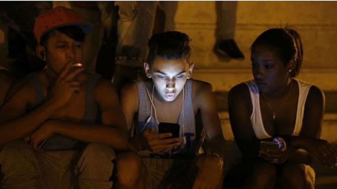 Tỷ lệ sử dụng điện thoại di động ở Cuba theo ước đoán chỉ khoảng vài % dân số - Ảnh: AP.