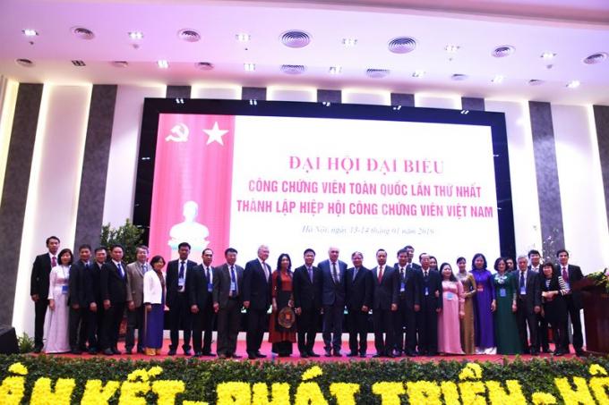 Bộ trưởng Lê Thành Long, nguyên Bộ trưởng Hà Hùng Cường, Thứ trưởng Trần Tiến Dũng chụp ảnh lưu niệm cùng các đại biểu tham dự Đại hội.
