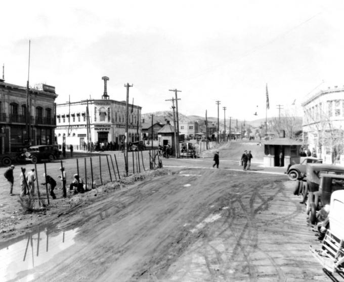 Phố International năm 1929 với đường biên giới được dựng lên ở trung tâm phân chia khu vực Nogales ở Arizona và Nogales ở Mexico. Ảnh: AP.