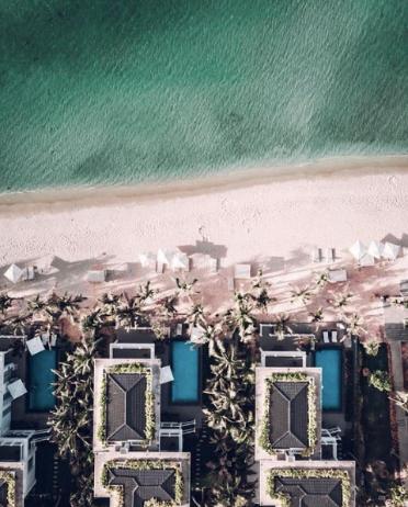 Hoặc villa sát biển- Beachfront Villa - để hàng ngày chỉ cần thức dậy là có thể đón những cơn sóng nhẹ nhàng đầu tiên xô vào bờ.