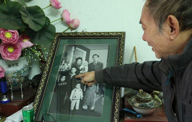 Ông Thái An chụp ảnh cùng bố mẹ và các em khi còn nhỏ.