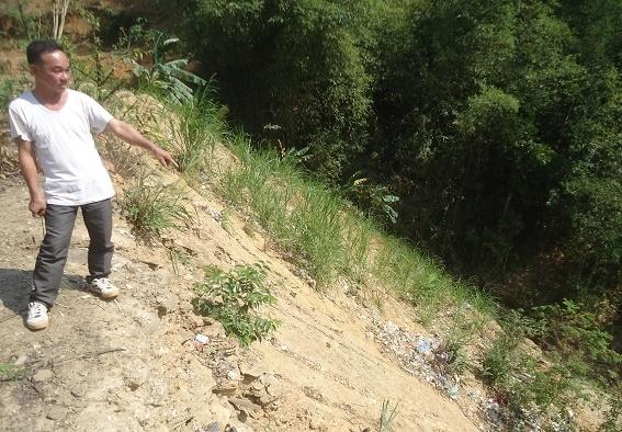 Bố trí đất sản xuất cho người dân ở vị trí khó canh tác.