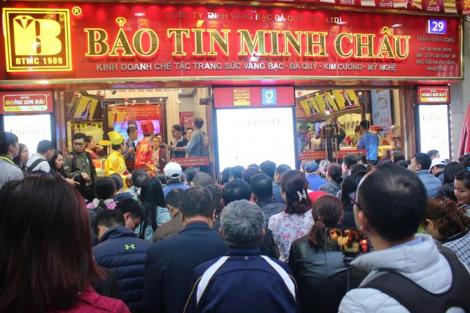 Có mặt tại con phố tập trung nhiều cửa hàng buôn bán, kinh doanh trang sức nhất Hà Nội là Trần Nhân Tông, dễ dàng chứng kiến cảnh dòng người đổ tới mua vàng rất đông.