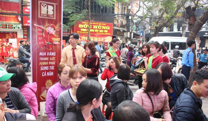 Từ 6h30, cửa hàng kinh doanh vàng bạc Bảo Tín Minh Châu trên đường Trần Nhân Tông mới mở cửa. Lúc này khách đã xếp hàng dài ra tận lề đường.