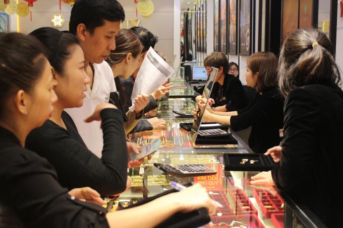 Theo nhân viên của cửa hàng cửa hàng của Phú Quý, năm naycộng thêm tâm lý cầu may ngày Thần Tài năm nay trùng với ngày Tình nhân nên có nhiều khách hàng đến chọn những sản phẩm trang sức bên cạnh vàng.