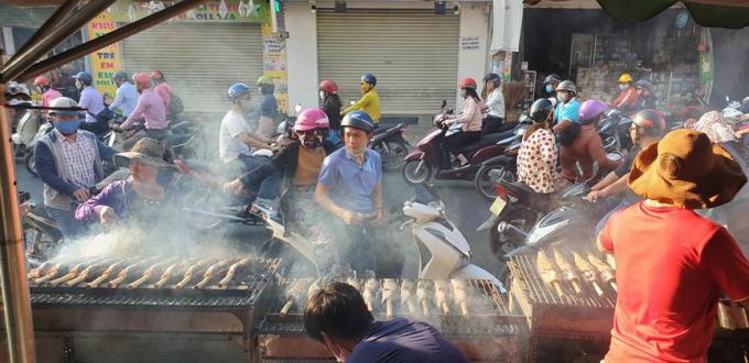 Giao thông qua đây vào giờ cao điểm rất khó khăn khi người dân dừng xe bên đường để mua cá.