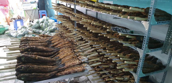 Tất cả cá nướng đều được xiên bằng thân cây mía.